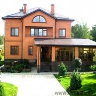 Продам не мысленно удивительный VIP дом коттедж 100% кирпичный. Гореничи. 683 кв.м. Земли 25 соток. Бассейн. Лес.  (код Н527)