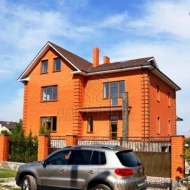 (код объекта H4844) Киево-Святошинский р-н., Гатное. Продажа особняка, по чистовую, мраморный камин, в котеджном городке.
